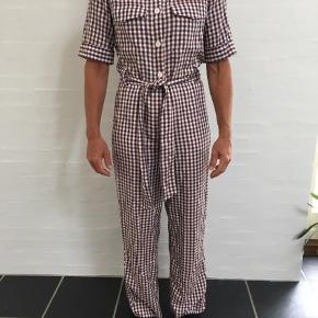 Sælger denne fine buksedragt fra Monki. Den er str XS, men fitter bedst en S. Den er 100% viskose.