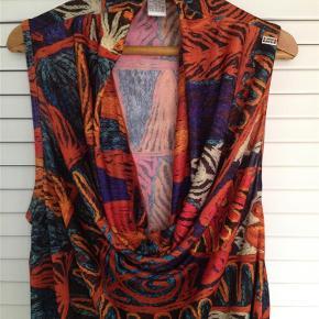 Varetype: kjole Farve: multi Oprindelig købspris: 399 kr. Prisen angivet er inklusiv forsendelse.  kjole m multiprint fra St Martins.  str S  med fast stykke på lår.  fin og tynd kvalitet.  100% polyester.   brystvidde/talje 90 cm. længde 90 cm.  fast stykke 17 cm     bytter ikke til andre varer!    ALDRIG BRUGT!!    oprindelig pris 399,95 - sælges billigt til 200,- incl porto