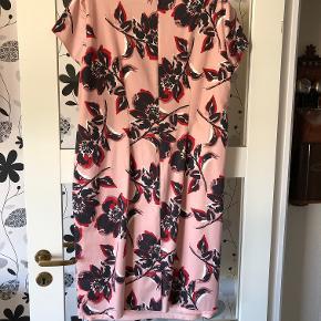 """Elegant kjole i """"dusty rose"""" som basisfarve og flot mønster af blomster. Kjolen er en str. 48 i Vera Mont som er lille i størrelse generelt.  Kjolen er brugt 1 gang. Nypris kr. 1800,-  Sælges afhentet eller plus porto for kr. 500,- Bytter ikke."""