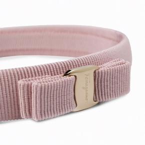 Sælger dette smukke hårbånd. Har aldrig været brugt og nypris er ca 950 kr. Hårbåndet er købt i deres butik i Illum.