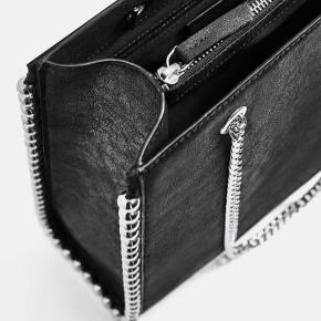 300 kr er mindstepris🙋🏼♀️.  Sort shoppertaske med kædeskulderrem og metalkugler rundt i kanten af tasken. Flere rum hvor det ene har lynlås.  Mål: 32cm x 26cm x 7cm  Afhentning på Frederiksberg. Kun seriøse henvendelser, tak ✌🏼