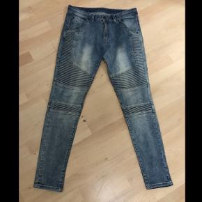 Biker jeans fra Represent ClothingStr. 32 (er 192 cm på billederne)  Brugt en del men bukserne er i super stand og fremstår næsten som nye.