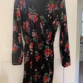 Flotteste blomstret kjole fra ICHI. Kan både passes af XL og XXL. Kun brugt én gang. Med mesh ærmer