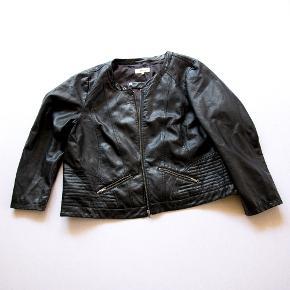 Super lækker jakke, den er i polyester, men føles og ligner ægte læder. Den har kun været brugt ganske få gange.