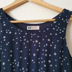 Så fin kjole med stjerner. Er pæn som ny.  BYD gerne - kig forbi mine andre annoncer og spar penge på også på portoen 😉