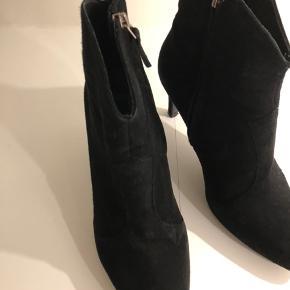 Sorte korte støvler fra Billi Bi <3 Str. 37 (alm. i størrelse), hælhøjde 7 cm. Brugte (brugsspor), men alligevel velholdte. Nypris 1400,- kr. Sælges for 150,- kr.  Bemærk !!! prisen er fast ;-)