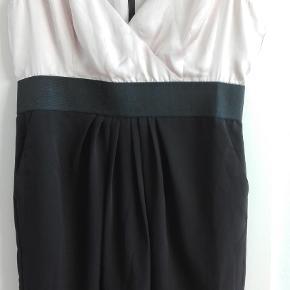 Varetype: Andet Farve: Black  UDSALG KUN I DAG Ny lækker kjole..sort og nude.. elastik under brystet..sidelommer...lang lynlås..foret.. kun mobilepay pga pris
