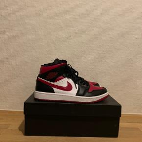 Sælger disse fine Nike Air Jordan 1 Mid 'Bred Toe'   Skoen er brugt, men har ingen tegn på slid, udover sålen.   Original kasse medfølger.