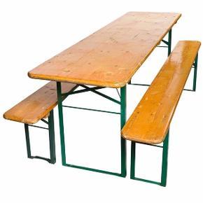 Kun et sæt tilbage   Biergarten beergarden   Fantastisk tysk ølkellerbord med to bænke, der er ideel til at gøre haven til en ølfestival / oktoberfest oplevelse.  Ideel til pubber, restauranter, terrasser, grill, etc. (let at folde og opbevare til den næste lejlighed)  Brugt til sommerfester, konfirmation og indendørs i garagen   Maks belastning pr bænk er 250kg  Længde ca 200cm,  brede på bord er 50cm   bænkene er 25cm brede  Standen er rigtig god  Der er lidt rust på benene og ellers fejler overfladen intet.  Rusten kan slibes væk og evt males igen.   KunSeriøse henvendelser tak  Pris for sættet 550kr  Ny pris pr sæt ca 1200kr(170€)  Skal afhentes i Grundfør hinnerup