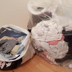 En masse pigetøj i størrelserne 50, 56 og 62.Badeindsats, bæresele fra babybjörn og en flyverdragt i str. 62