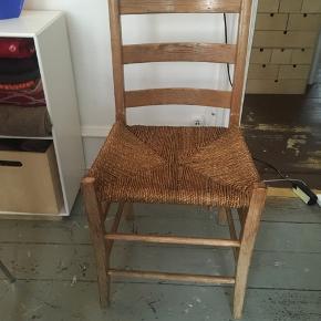 Fin, men gammel træstol med fletsæde. Stolen er slidt og derfor den lave pris.