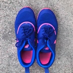 Sneakers i mørkeblå og pink fra Nike str. 38. Kun brugt enkelte gange indendørs, og fremstår derfor nærmest som nye.🌸