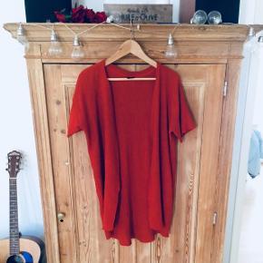 Fin rustfarvet cardigan i crepe stof fra gina tricot