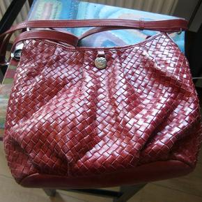Lækker lædertaske fra Adax, i en flot rød. Brugt men yderst velholdt. 300pp
