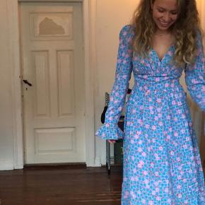 Smuk Stine Goya freesia kjole i str. XS, brugt 1 gang. Den er lidt stor i størrelsen og kan derfor også fitte en S. Sælges kun hvis det rigtige bud kommer. Nypris 1800 🌸