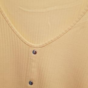 Gul T-shirts i 95% bomuld  Kan ikke knappes op foran.  Størrelse M - 46/48