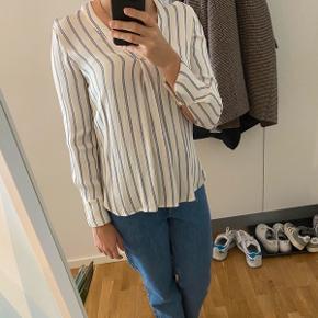 Super fin bluse, der kan bruges til næsten alt. Den har et pænt silkelook