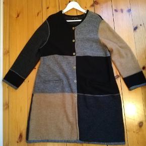 Fin eksklusiv cardigan/jakke fra Gudrun Sjöden i ren uld. Sort, grå, beige. Str. L. Desværre købt for stor. Prisen er fast. Nypris 1625.