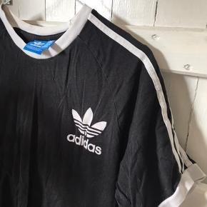 Lækker Adidas tshirt sælges! 50kr kan hentes i Kbh eller Skovlunde eller sendes. Fejler intet!!!