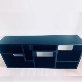 Flot tv bord sælges  Meget fint stand selv Den blev brugt en del  Kan afhentes i Århus c L: 183 cm H: 76,5 cm D: 40cm Mp 400kr