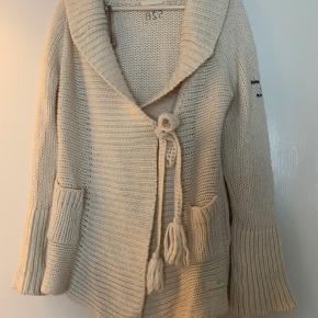 Smuk og varm cardigan, kun brugt få gange. Sælger, da jeg har alt for mange trøjer. Det er str. 1, men jeg bruger normalt str. 38/M. Køber betaler Porto.