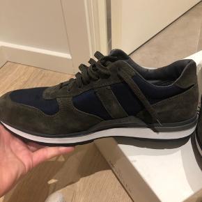 Skoen er helt ny, den er købt i en butik i Aarhus, og er et fejl køb da de ikke passer ordenligt