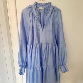 Aldrig brugt, da den har været på i 5 timer og efterfølgende blevet renset. Så den er som ny.  Smuk kjole, behøver ikke nærmere beskrivelse.  Jeg betaler fragten.