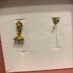Behind the Ear. Med tre turkise sten forneden og 2 ørestikker med turkis sten hvor man fx kan bruge den ene til at holde den bag øret fast med.
