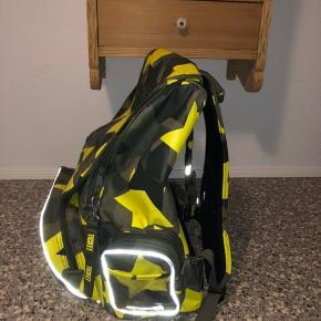 Min søn sælger sin skole taske da han har fået en ny i fødselsdags gave. Den er fra Ticket to haven. Den er brugt men stadig super fin, brugt i 0. Klasse og halvdelen af 1. Klasse  Pris 100kr  Afhentes 6752 Glejbjerg