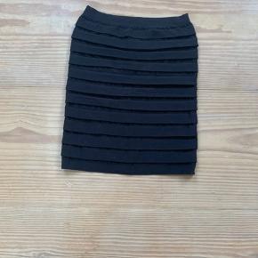 Sød, tætsiddende og elastisk nederdel. Kan ikke huske brand og str., men den fitter i hvert fald S/M! Fremstår som på billedet🌷