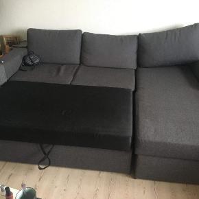 Lækker sofa med stor opbevaringsrum, kan slåes ud som sovesofa.  Sofaen er både god at sidde som at ligge i   Har dog enkelte små brandmærker Byd