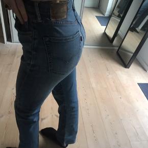 Sælger dette lækre par levis jeans! Svarer til en størrelse medium.  Sælges da de desværre er alt for store og korte (bruger normalt 25-26 i livet og 34-36 i længden)