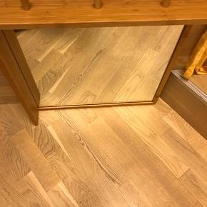 Fint kvadratisk spejl med knager og lille hylde. Lige klar til at hænge op. Godt entre spejl. Eller til soveværelse. Mål:51x51cm
