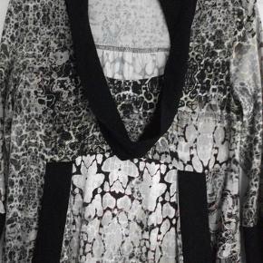Varetype: kjole tunika Farve: Multi Oprindelig købspris: 699 kr.  92% viscose 8% elastan brystvidde: ca. 88 cm (målet er taget uden af strække i stoffet) Længde: 89 cm