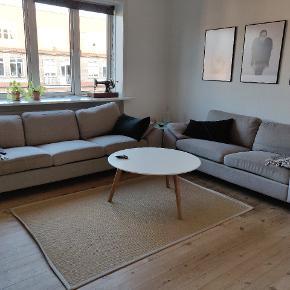 Jeg sælger disse to sofaer (2- og 3-pers.) Sofaerne har god komfort. Der er på enkelte af hynderne skjolder, som måske kan renses væk. Prisen er sat derefter. Prisen er for begge sofaer.  Bud er velkomne