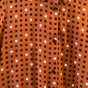 Helt ny skjortekjole fra Monki.   Kan afhentes på Nørrebro.