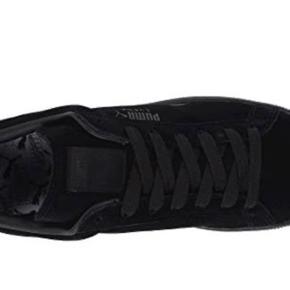 Puma suede sneakers med silkeagtige snørebånd. Brugt 3-4 gange. Str 40 måler 25,5 cm.
