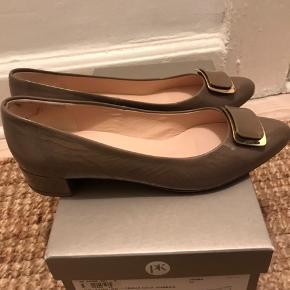 Lak ballerina med spænde. I fin lys brun farve.  Aldrig brugt.  Se også de andre PK sko jeg har til salg.  Køber betaler Porto.