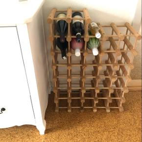 Antik vin reol der kan samles sol man ønsker. Materiale træ.
