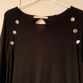 Lækker strikkjole med sølvknapper i 100% merino uld, der ikke kradser. Brugt få gange. Måler: B140, H140, L110
