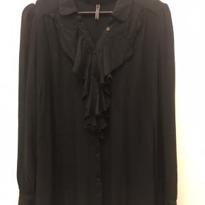 Blød og lækker skjorte med flæser. Kun brugt 1 gang.  Ingen tøjbytte Ingen foto m på Kun salg via TS køb nu Fast pris
