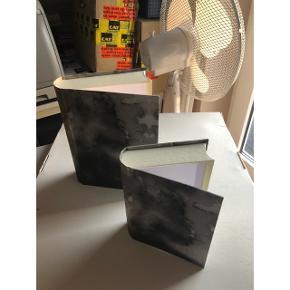 To nye bogskjulere/opbevaringskasser i hvid/grå  BYD