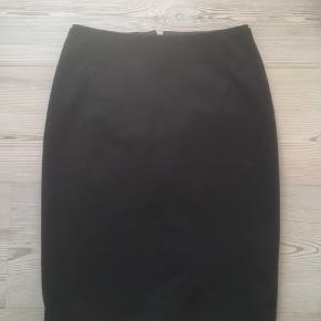 Mærke: H&M Størrelse: 34 Farve: Sort Nederdelen: Klassisk nederdel med en kraftig lynlås bagpå.  Materiale: polyester, viscose og elastan  Stand: Brugt få gange  Sælges kr 50#Secondchancesummer Bytter ikke Sætter pris på tilfredse købere