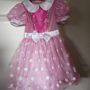 Disney Minnie Mouse kjole, str 116, kan passes af mindre. Købt brugt til min datter str 104, men hun er ikke interesseret, derfor sælges den. Lidt småpletter fra da vi købte den, ikke forsøgt fjernet. Mærke foran mangler.   Fra røgfrit hjem. Afhentes 6710 Fourfeldt Esbjerg.