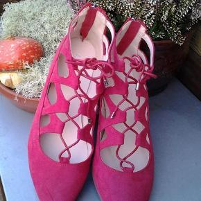 Materiale: Ruskind. Skoen har lynlås i hælen, den har været brugt 1 gang, og fremstår som ny.  Balarina sko Farve: Rød