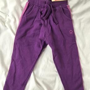 Varetype: Bukser Farve: Lilla  Nye bukser økologisk bomuld med stribe langs siden på hvert bukseben, str 80. Stadig med mærke.   Mp 125pp