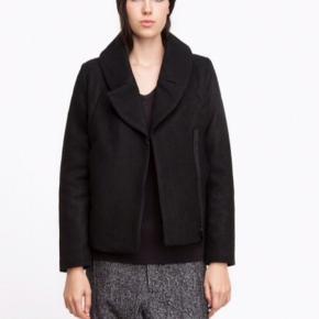 Flot jakke i uld. Stadig med mærke. Nypris er 2900,- modellen hedder Chaing coat. Skulder og ned 64 cm. Brystvidde 50*2 cm. Indv arm 46 cm.