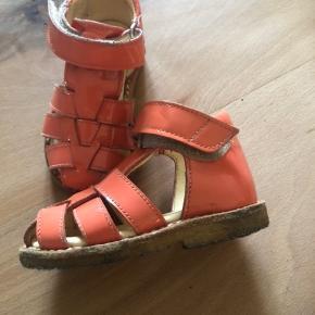 Så fine sandaler 🌸 Der er ingen ridser eller skader i lakken 🙏