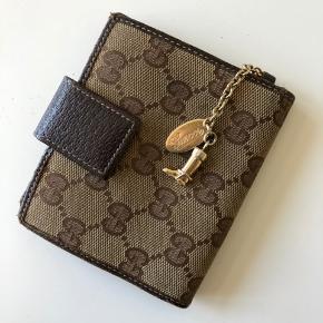 Gucci pung med slidmærker indeni.  Er i tvivl om dens ægthed og sælges derfor for 200