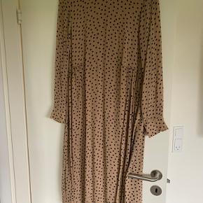 Der er gået en tråd i kjolen - se billede.   Kom med bud.
